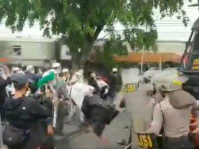 Heboh Video Bentrokan Massa dan Polisi Jelang Sidang Putusan Habib Rizieq