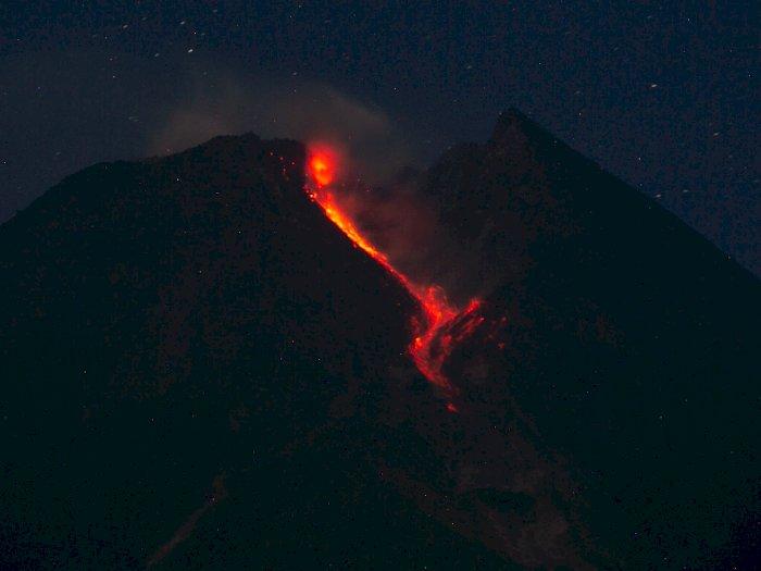 FOTO: Gunung Merapi di Jawa Tengah Terus Keluarkan Lava Pijar
