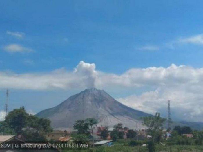 Gunung Sinabung di Karo Erupsi Siang Ini, Luncurkan Abu Vulkanik Setinggi 800 Meter