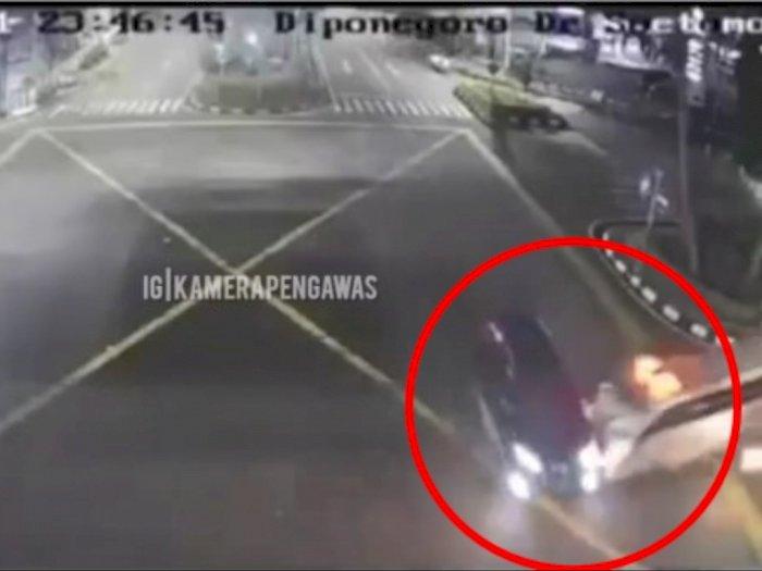 Detik-detik Mengerikan Kecelakaan Beruntun Antar Ambulans, Mobil dan Motor di Surabaya