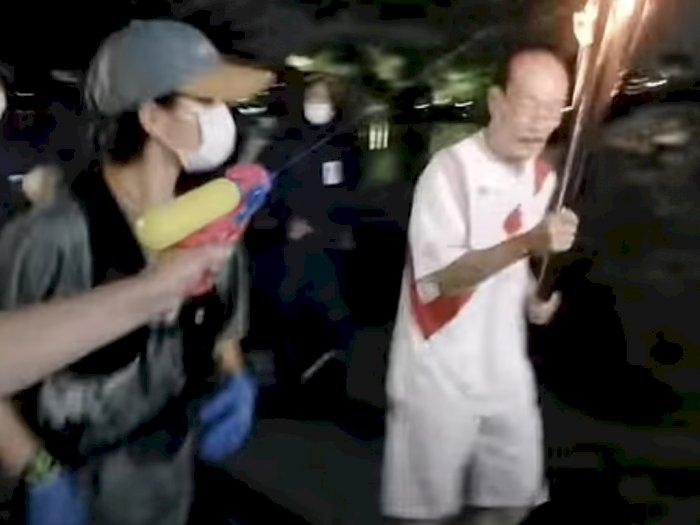 Wanita Ini Sengaja Menembakkan Cairan ke Obor Sebagai Protes Olimpiade Tokyo
