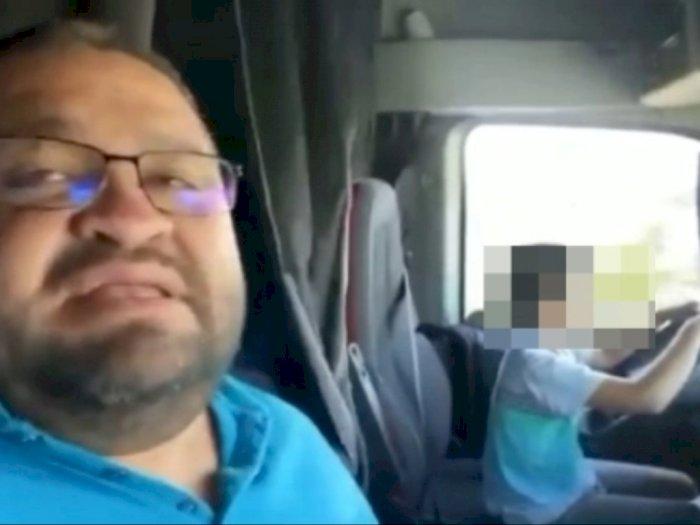 Viral, Seorang Ayah Membiarkan Anak di Bawah Umur Mengemudi Truk di Jalan Raya