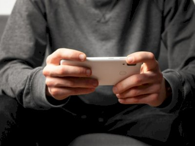 Kurangi Main Ponsel Sambil Menunduk Cegah Saraf Terjepit di Leher