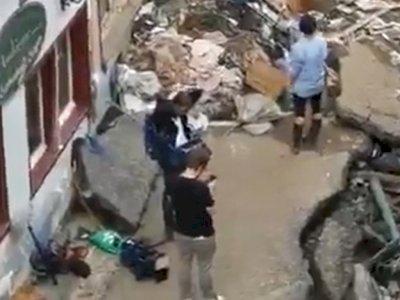 Reporter Ini Minta Maaf Setelah Video Dia Berpura-pura Membantu Korban Banjir Tersebar