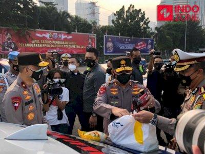 Korlantas Polri Sebar Ratusan Paket Sembako Untuk Pemulung di Cakung
