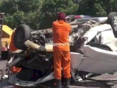 Alami Pecah Ban, Minibus Terguling Tabrak Pembatas Jalan Tol Cipularang, 2 Orang Tewas