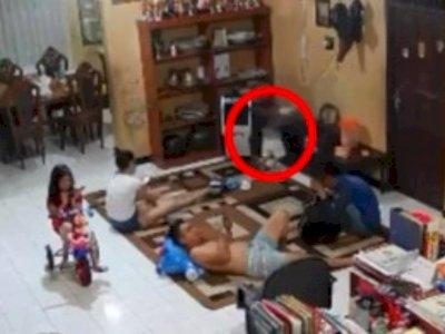 Tragis! Bocah Tertimpa TV saat Orang Tua Sibuk Main HP, Netizen Kecam Orang Tuanya