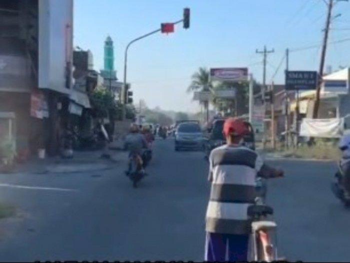 Viral Kakek Naik Sepeda Tunggu Lampu Merah Sampai Hijau, Para Pemotor Malah Terobos