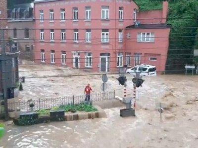 Momen Jalan di Belgia Berubah Menjadi Sungai, Menghanyutkan Mobil-mobil