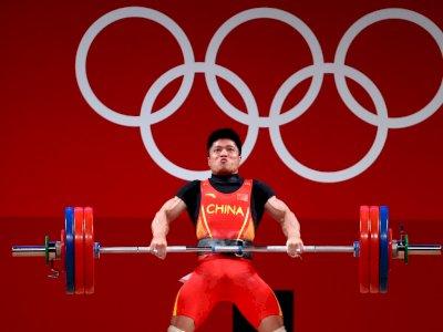 Lifter China yang Raih Medali Emas di Olimpiade Tokyo Angkat Besi dengan Satu Kaki!