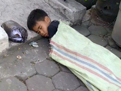 Memilukan, Bocah Tidur di Tepi Jalan Berselimut Karung Bekas, Orang-Orang Cuma Lewat