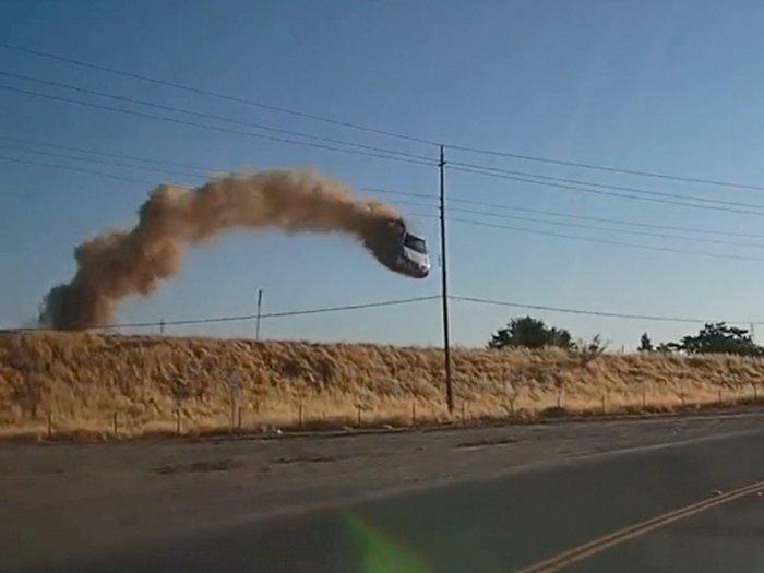 Ngeri! Mobil Ini Alami Kecelakaan, Terbang dari Jalan Tol Layaknya Film Hollywood