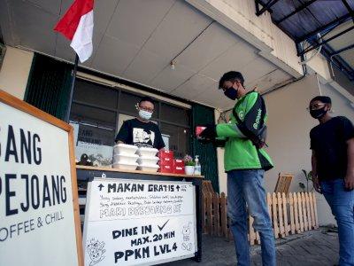 FOTO: Kedai Kopi Sediakan Makanan Gratis Selama PPKM di Tangerang