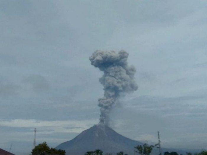 Gunung Sinabung  Kembali Erupsi, Luncurkan Abu Vulkanik Setinggi 4.500 Meter