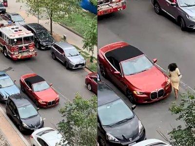 Mobil BMW 4 Series Ini Parkir di Tengah Jalan, Bikin Mobil Pemadam Kebakaran Susah Lewat!