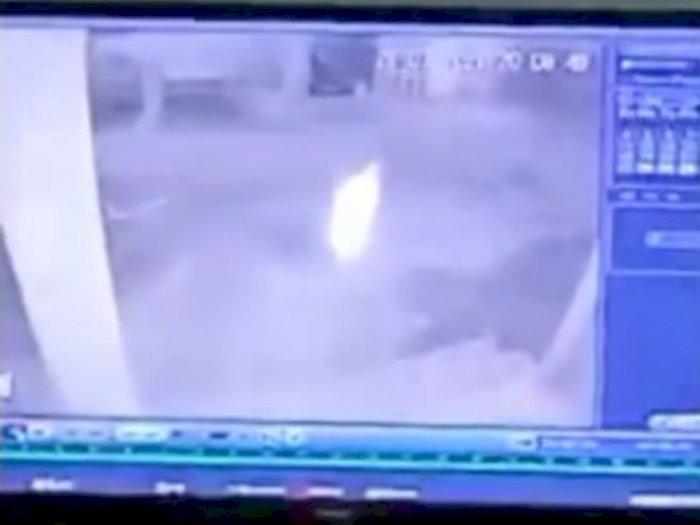 Merinding! Makhluk Halus Mirip Kuntilanak Terekam CCTV, Gedor Rumah Warga di Batubara