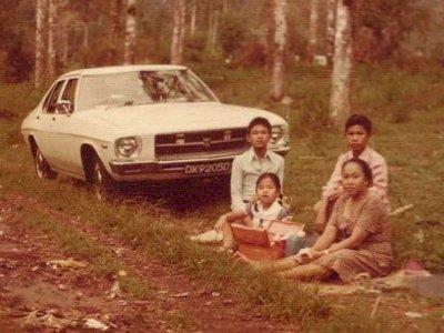 Viral Foto Jadul 'Keluarga Sultan' Liburan di Bali 1977, Netizen Malah Salfok ke Mobil