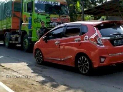 Viral Mobil Mewah Tak Mau Beri Jalan untuk Truk Lewat Meski Sopir Truk Minta Tolong