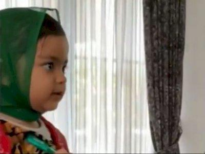 Video Bocah Perempuan Akting Layani Pelanggan Galak, Wajah Kagetnya Jadi Sorotan Netizen
