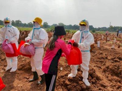 Penggali Makam Jenazah Covid-19 Dapat Paket Sembako-APD dari Bhayangkari Polda Metro
