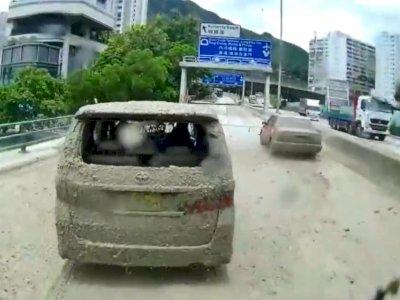 Berhenti di Tengah Jalan, 2 Mobil Ini Tersiram Lumpur oleh Truk di Belakangnya!