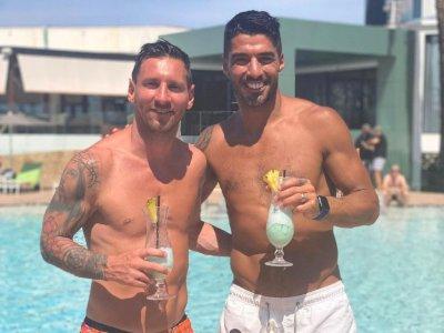 'Nganggur' dari Barcelona, Messi Asyik Minum Koktail dengan Suarez