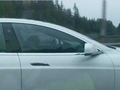 Tak Sadarkan Diri, Pengendara Tesla Ini Diselamatkan oleh Fitur Autopilot di Mobilnya