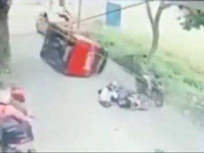 Viral Angkot Terguling saat Hindari Pengendara Motor yang Jatuh, Nyaris Lindas Pemotor