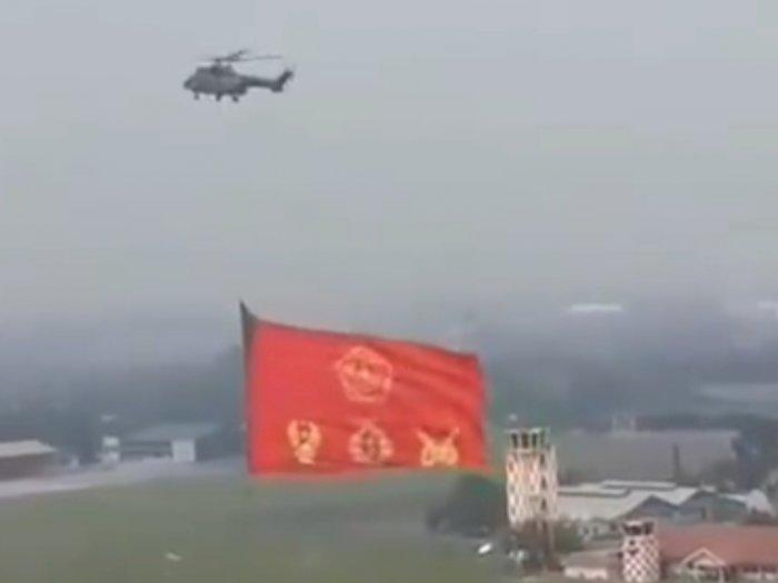 Mengejutkan, Bendera Raksasa Dikibarkan dengan Helikopter TNI AU
