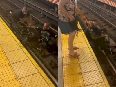 Detik-detik Pria Melompat & Selamatkan Pria di Kursi Roda yang Jatuh ke Rel Kereta Api