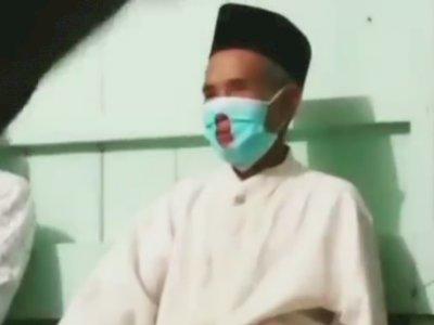 Cerdik! Kakek Ini Lubangi Maskernya Demi Merokok di Acara Wirid