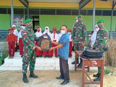Satgas Pamtas Bagikan Alat Belajar Bagi Anak Perbatasan di Kalimantan Barat