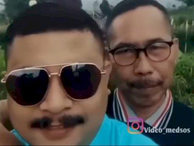 Gelay! Dua Pria Ini Berfoto Mesra, Yang Satu Dipeluk dari Belakang di Tempat Wisata Alam