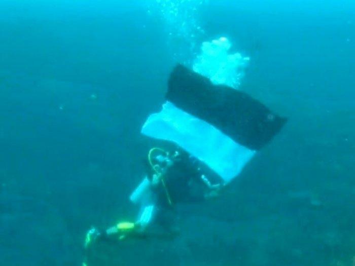 Rayakan HUT RI ke-76, Penyelam Lantamal VI Kibarkan Bendera Merah Putih di Dasar Laut
