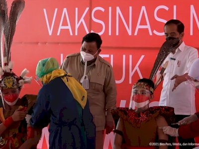 Ditemani Prabowo, Jokowi Tinjau Vaksinasi Covid-19 untuk Pelajar di Samarinda