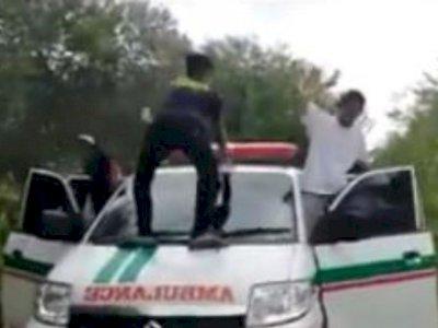 Tuai Kecaman Netizen, Mahasiswa IAIN Palangkaraya Goyang Dugem sambil Injak Mobil Ambulans
