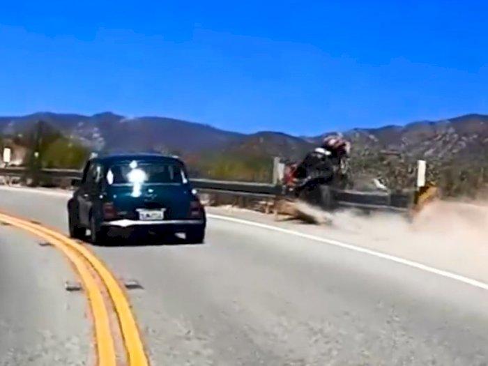 Niatnya Salip Mobil Sambil Ngebut, Pemotor Ini Nyaris Jatuh ke Jurang!