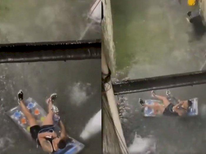 Aksi Pria di New York Santai 'Rebahan' Sambil Hisap Shisha di Tengah Banjir Jadi Sorotan