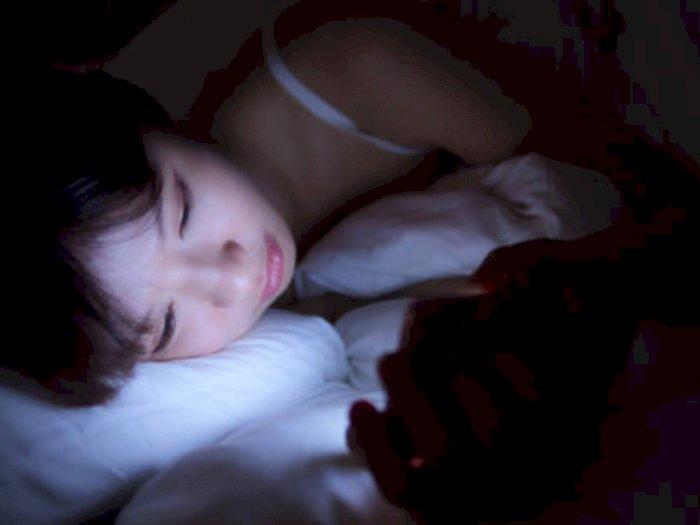 Waspada Bahaya Main Ponsel Sebelum Tidur, Bisa Diabetes Hingga Kanker!