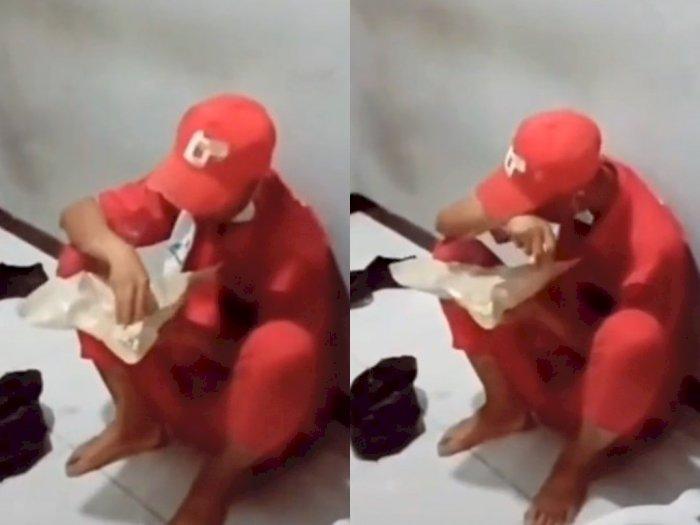 Viral! Seorang Petugas SPBU Sedang Istirahat Makan Nasi Putih Tanpa Lauk, Bikin Terenyuh