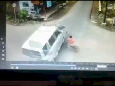 Detik-detik Bocah Nyaris Terlindas Ambulans saat Bersepeda di Wonogriyo Lumajang
