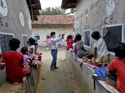 Sekolah Ditutup karena Pandemi, Guru di India Ini Mengajar Murid di Jalanan