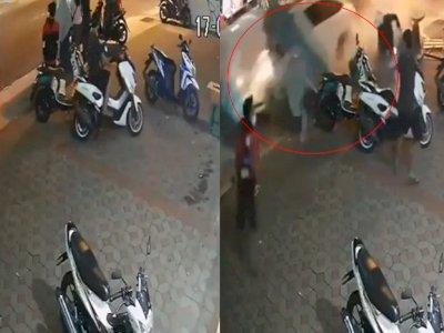 Detik-detik Mobil Hilang Kendali Hantam Gerobak Pedagang dan Warga, Diduga Supir Mabuk