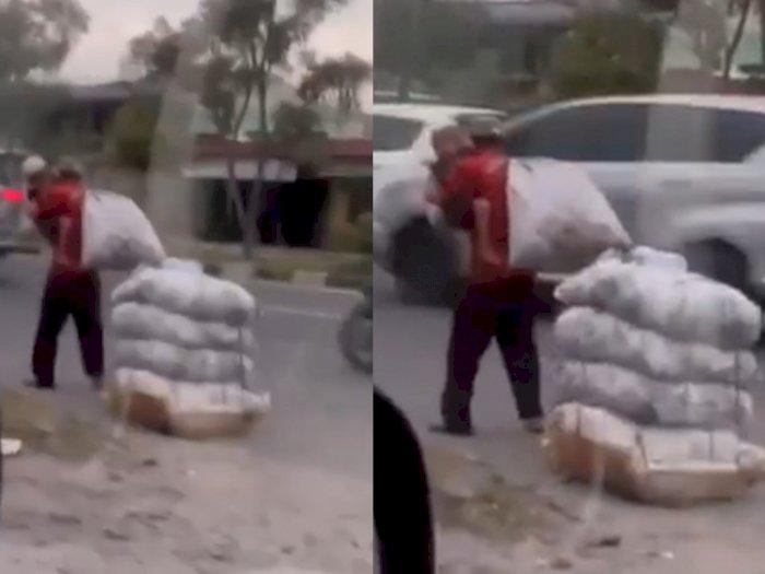 Rekaman Video Memilukan, Seorang Ayah Gendong Anaknya sambil Mencari Botol Bekas di Medan