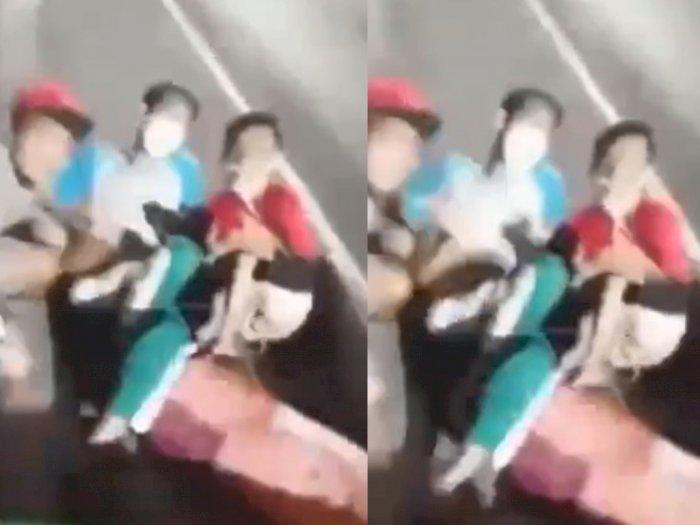 Ngeri! Detik-detik 2 Remaja Jatuh Saat Bersandar di Bak Mobil Pikap yang Melaju Kencang