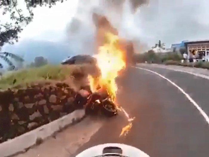 Viral Video Moge Tiba-Tiba Terbakar Saat Dikendarai, Netizen: Kok Bisa?