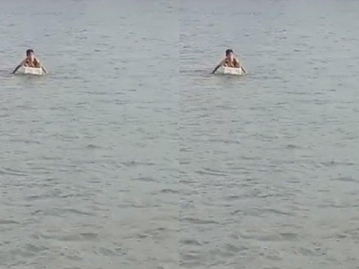 Miris, Tak Ada Jembatan, Siswa Ini Seberangi Sungai dengan Styrofoam Demi Pergi ke Sekolah