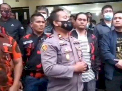 Kapolsek Sukalarang Dikelilingi Anggota Ormas Tak Pakai Masker Usai Bentrok di Cianjur