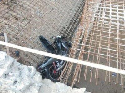 Nahas! Pemotor Ini Tewas Usai Terjun ke Proyek Pembangunan Jembatan di Cisereh Tangerang