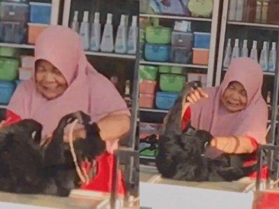 Bukan dengan Anak, Ibu Ini Asyik Main Gelitikan Sama Monyet, Si Monyet Sampai Pasrah